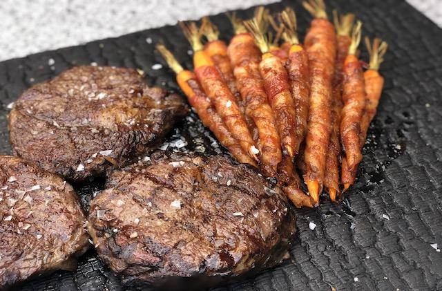 Bacon Gulerødder og Ribeye Steaks som tilbehør