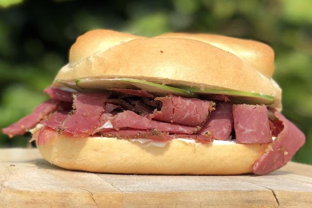 Pastrami Sandwich Burger med mayonaise og syltede agurker