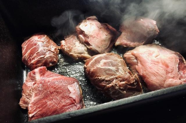 Svinekæber brunes i Dutch Oven