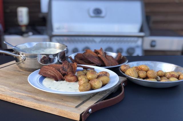 Stegt Flæsk, Grillstegte Kartofler og Persillesovs lavet på Napoleon grill