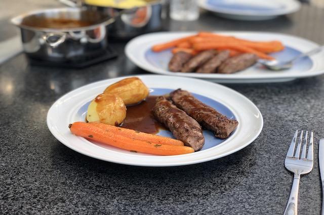 Så der serveret lammemørbrad med vanilje gulerødder friske kartofler og Rødvins Rosmarin Sovs