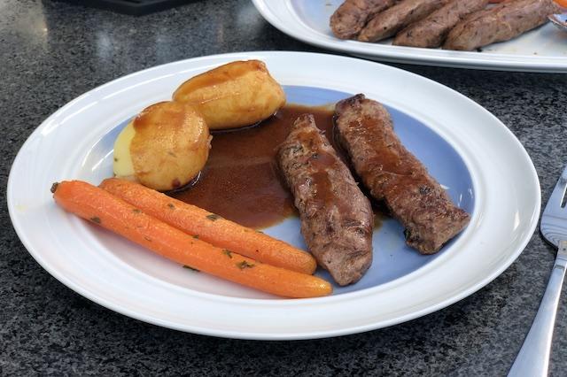 Lammemørbrad, rødvins rosmarin sauce med Vanilje gulerødder og friske kartofler.