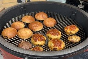Overboller på ristene og så er vi kalr til at samle de her Drengerøvs burger