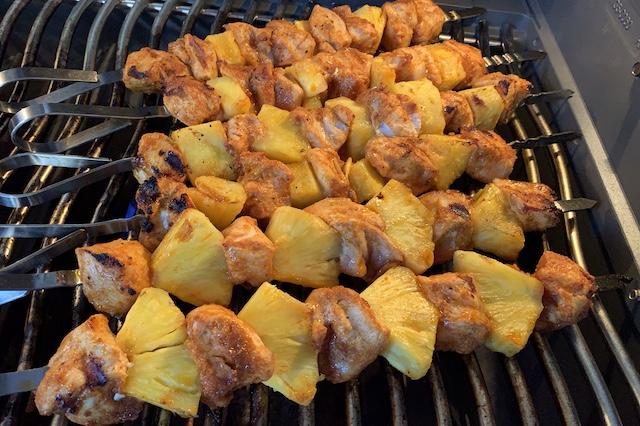 Ananas kyllingespyd på Grillen ved direkte varme
