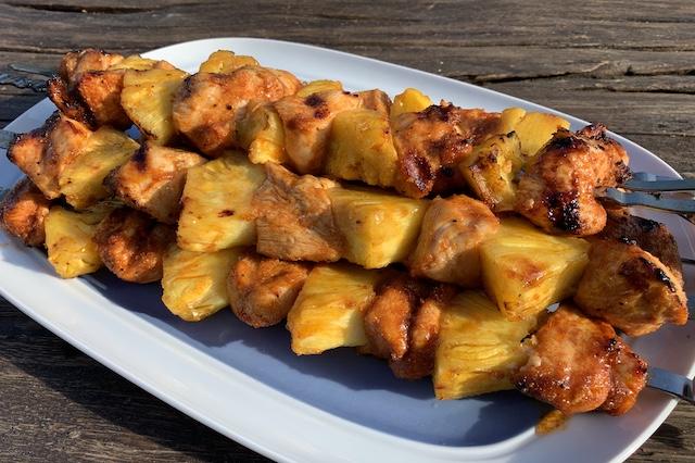 Ananas kyllingespyd færdig grillet og klar til servering