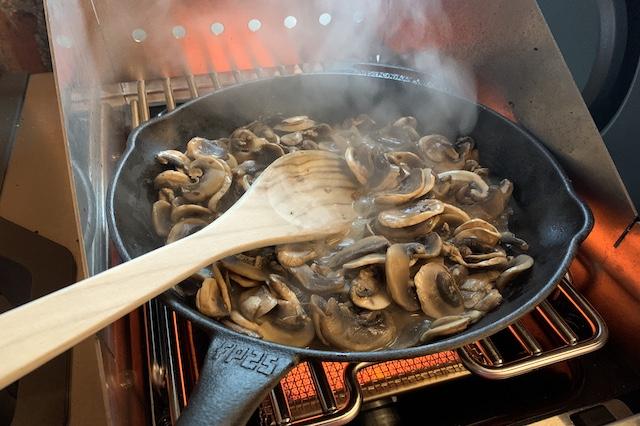 Steg champignoner i ca. 5 minutter